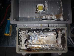 Внутренности светодиодного прожектора после плохого ремонта